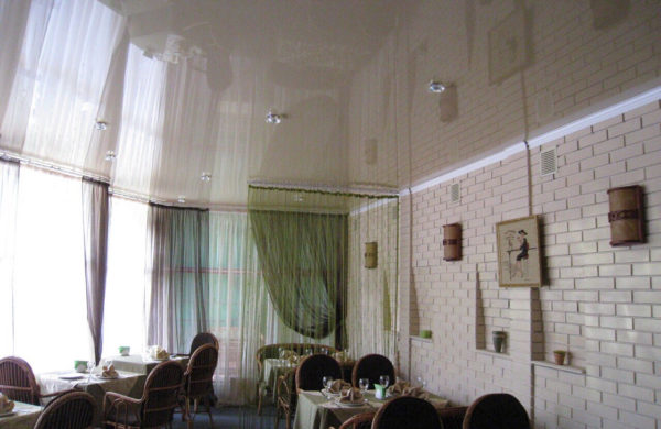 Глянцевые натяжные потолки в кафе - Фото