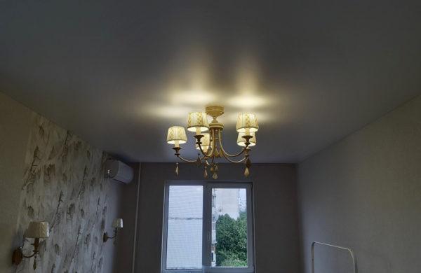 Натяжные потолки в жилой комнате фото