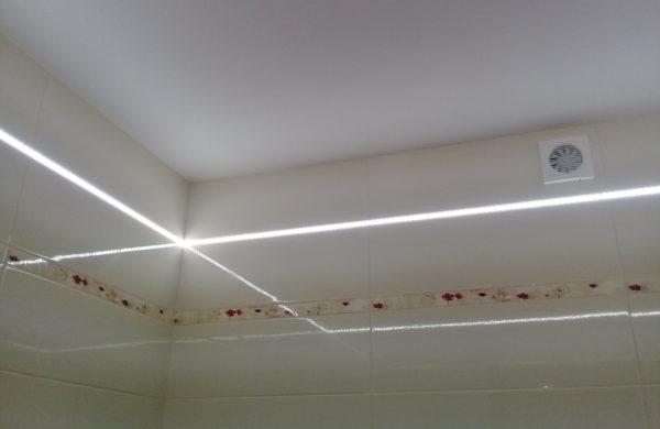 Глянцевые потолки в ванной